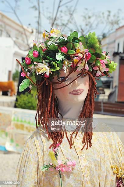 Flickenpuppe mit Kranz aus Blumen