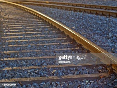 Vía de tren en la retroiluminación : Foto de stock