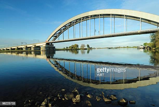 Tren puente sobre el río Lek