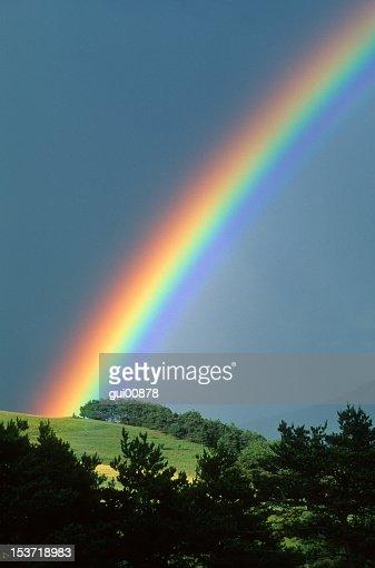 Rainbow, die über einen Hügel
