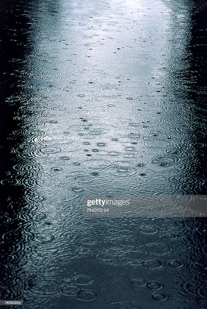 Raindrops in lake : Stock Photo