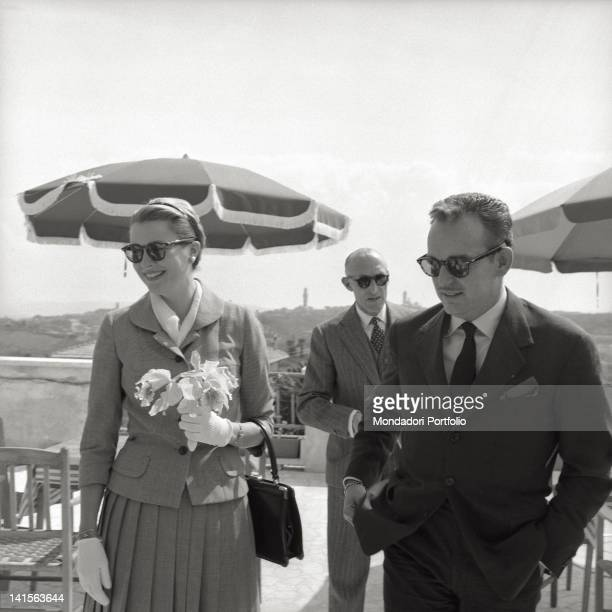 Rainier III Prince of Monaco with his wife Grace Kelly on the terrace of the hotel 'Scacciapensieri' some kilometres away from Siena The princes are...