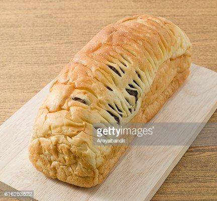 Pan de pasas en un corte de madera : Foto de stock
