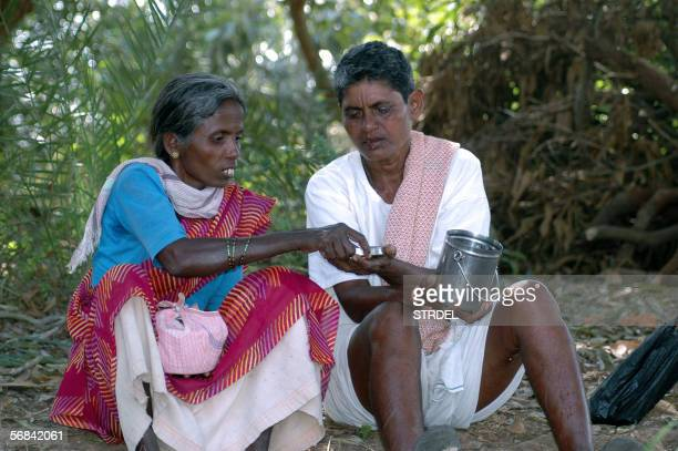 TO GO WITH AFPLIFESTYLEVALENTINEINDIA In this picture taken 30 January 2006 Indian couple Badhavathi Sali and Bibi Banodu eat lunch they sit in a...