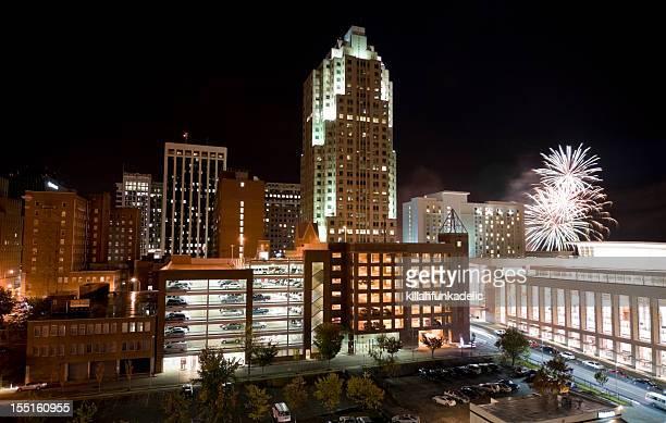 El centro de la ciudad de Raleigh, Carolina del Norte, con fuegos artificiales