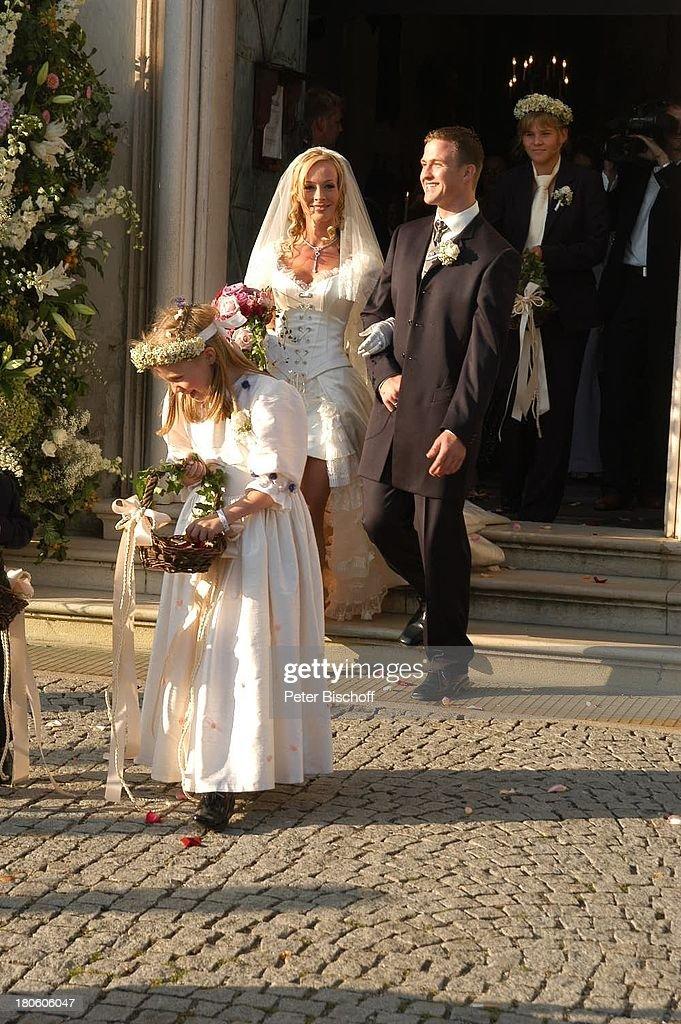 ... , Hochzeitskleid, Schleier, Brautstrauß, Brautkleid, Show more