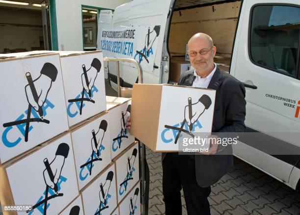 RalfUwe Beck Sprecher des Bundesvorstandes von 'Mehr Demokratie' beim Christophoruswerk in Vieselbach bei Erfurt beim Verladen von Kartons mit...