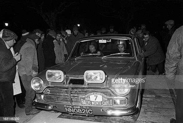 Rally Monte Carlo 1966 21 janvier 1966 le Rallye de MonteCarlo 1966 Lors du ravitaillement une voiture à l'arrêt de nuit