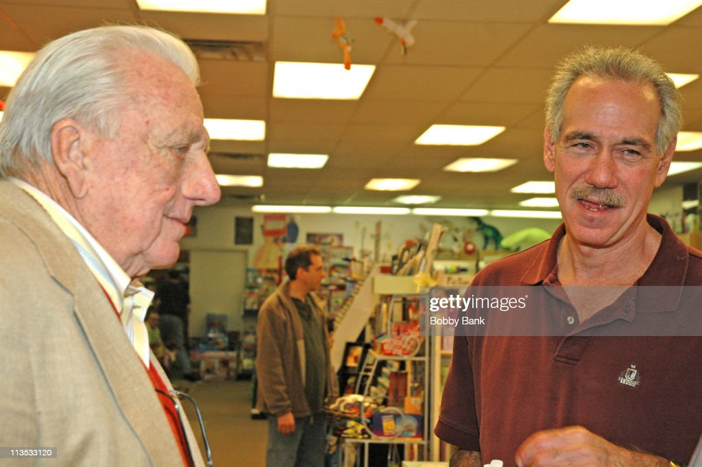 <a gi-track='captionPersonalityLinkClicked' href=/galleries/search?phrase=Ralph+Kiner&family=editorial&specificpeople=242958 ng-click='$event.stopPropagation()'>Ralph Kiner</a> and Art Shamsky during Art Shamsky, Former NY Met, Signs of 'Magnificent Seasons' - May 5, 2006 at Bookends in Ridgewood, New Jersey, United States.