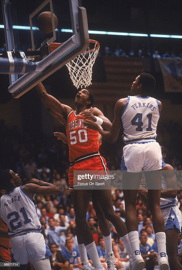 BASKET  NBA-EUROPA  ...... como los 80 na de na !!!!!!  Ralph-sampson-of-virginia-against-north-carolina-circa-1980s-picture-id56571714