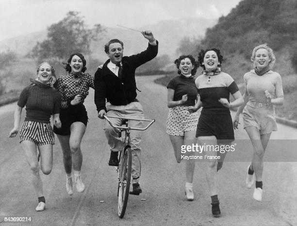 Ralph Thomas entraînant ses choristes en les faisant chanter en courant afin d'augmenter leur capacités plumonaires à Hollywood CA le 7 avril 1936