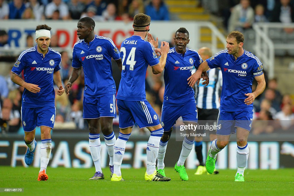 Ramires (2nd R) of Chelsea celebrates scoring his team's first goal with his team mates during the Barclays Premier League match between Newcastle United and Chelsea at St James' Park on September 26, 2015 in Newcastle upon Tyne, United Kingdom.