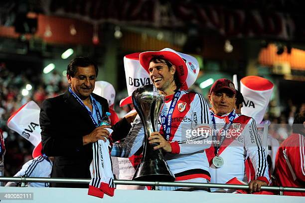 Ramón Diaz and Fernando Cavenaghi celebrate at the end of Torneo Final 2014 after winning a match between River Plate and Quilmes as part of 19th...