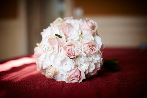 Ramo De Flores Naturales Rosas Y Petunias Foto De Stock Thinkstock