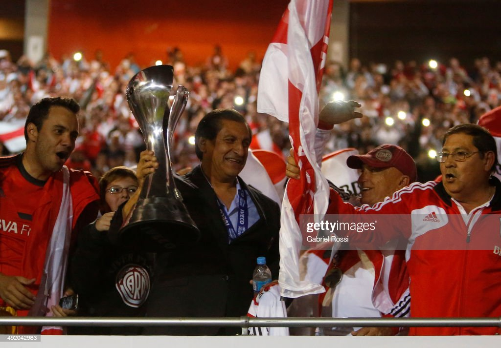 <a gi-track='captionPersonalityLinkClicked' href=/galleries/search?phrase=Ramon+Diaz&family=editorial&specificpeople=2607555 ng-click='$event.stopPropagation()'>Ramon Diaz</a> coach of River Plate holds the trophy at the end of Torneo Final 2014 after winning the match between River Plate and Quilmes as part of 19th round of Torneo Final 2014 at Monumental Antonio Vespucio Liberti Stadium on May 18, 2014 in Buenos Aires, Argentina.