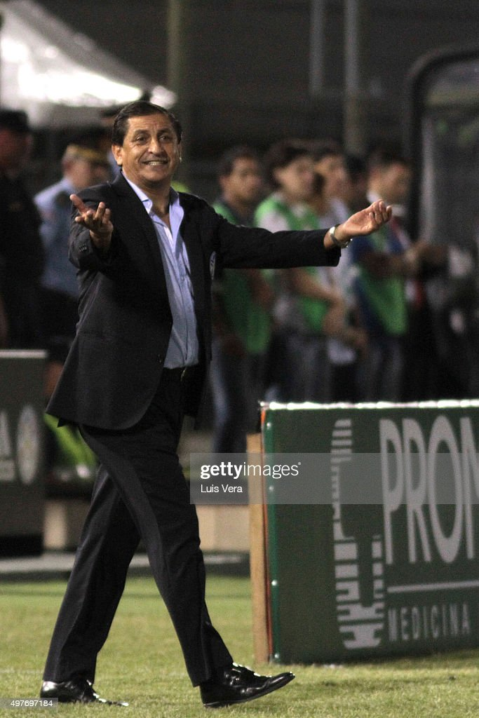 <a gi-track='captionPersonalityLinkClicked' href=/galleries/search?phrase=Ramon+Diaz&family=editorial&specificpeople=2607555 ng-click='$event.stopPropagation()'>Ramon Diaz</a>, head coach of Paraguay reacts during a match between Paraguay and Bolivia as part of FIFA 2018 World Cup Qualifiers at Defensores del Chaco Stadium on November 17, 2015 in Asuncion, Paraguay. (Photo by Luis Vera/LatinContent/Getty Images