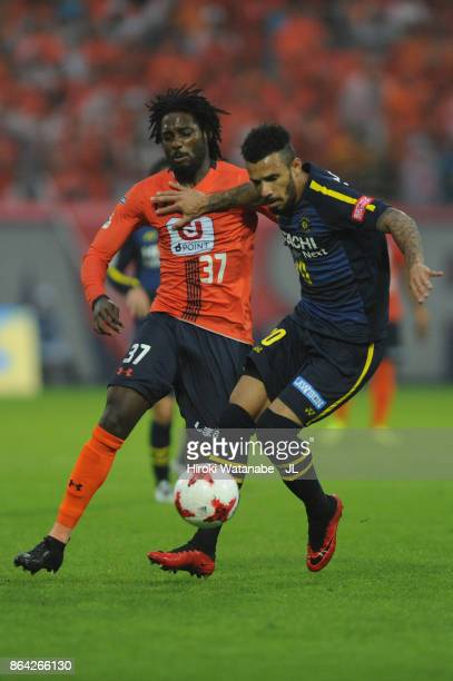 Ramon Lopes of Kashiwa Reysol controls the ball under pressure of Caue of Omiya Ardija during the JLeague J1 match between Omiya Ardija and Kashiwa...