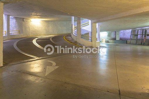 Rampa En Concreto El Estacionamiento Sin Servicio De Valet