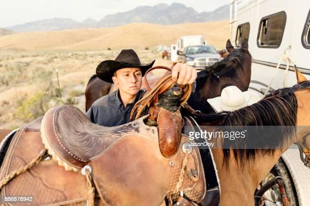 Ride de Rancher tôt le matin