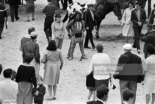 Ranches For Tourism And Recreation In France En France le 20 juin 1966 dans un ranch reconstitué à Etrechy en Essonne une femme pose à coté d'un...