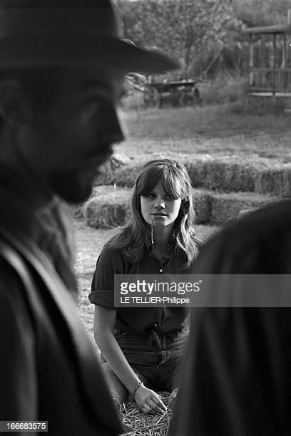 Ranches For Tourism And Recreation In France En France le 20 juin 1966 portrait d'une jeune femme avec une brindille d'herbe à la bouche avec un...