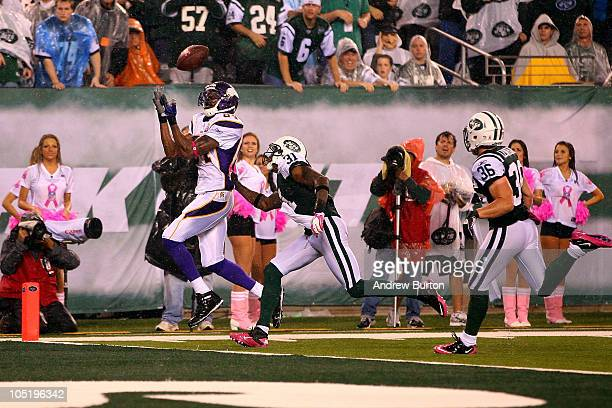 Randy Moss of the Minnesota Vikings catches a 37yard touchdown pass in the third quarter against Antonio Cromartie and Jim Leonhard of the New York...