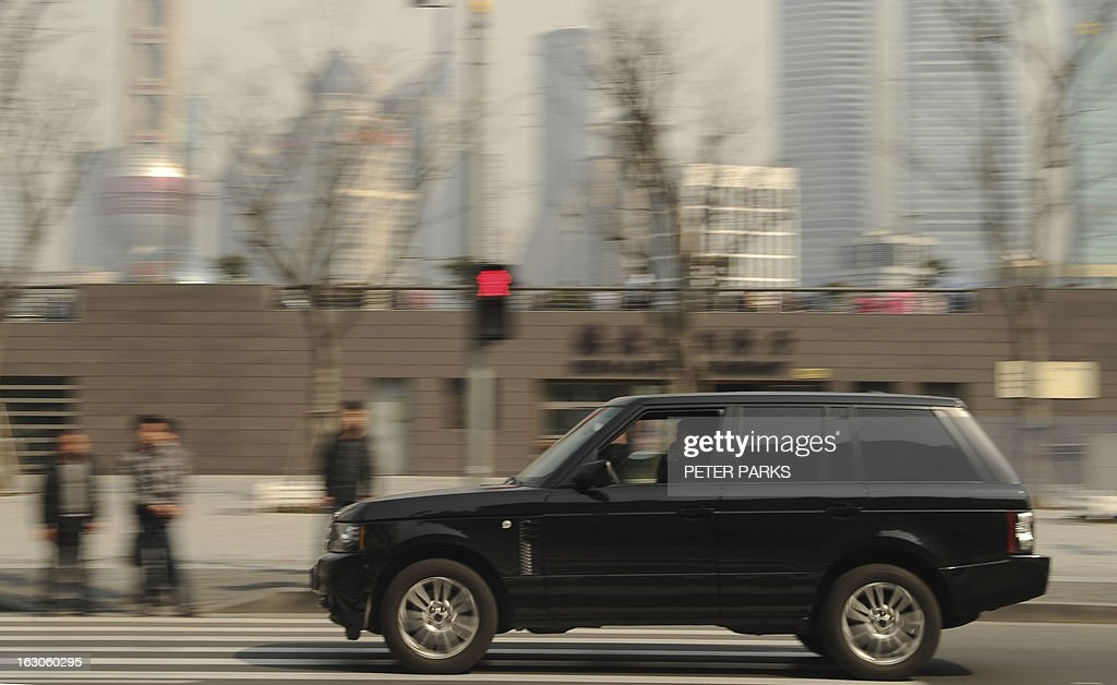 A Range Rover Sport drives down the Bund in Shanghai on March 4, 2013. China will overtake the United States as the world's biggest luxury car market as early as 2016, as rising incomes and desire for status boost premium auto brands, a consultancy said. AFP PHOTO/Peter PARKS