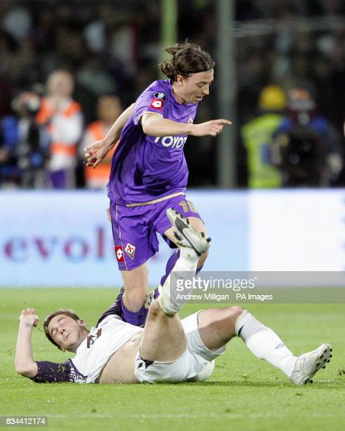 Rangers' Kevin Thomson and Fiorentina's Riccardo Montolivo battle for the ball