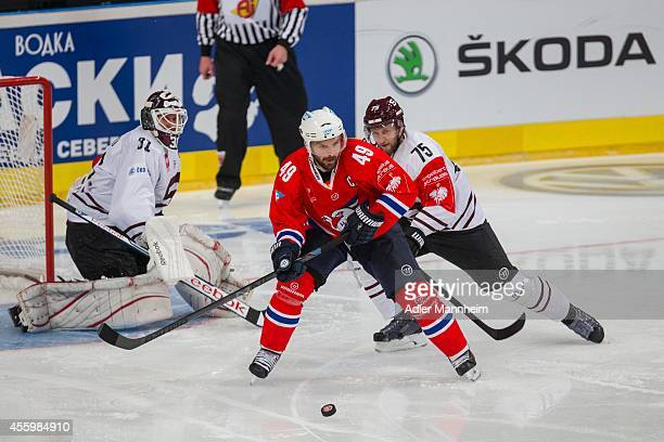 Ranislav Stana of SPA Mannheim's Jamie Tardif and Jan Piskacek during the Champions Hockey League group stage game between Adler Mannheim and Sparta...