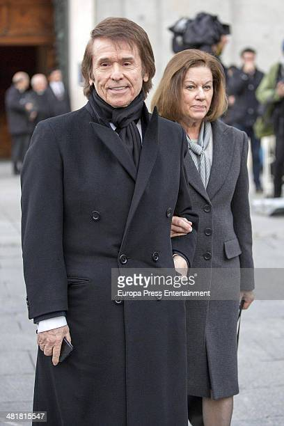 Raphael and Natalia Figueroa arrive the state funeral ceremony for former Spanish prime minister Adolfo Suarez at the Almudena Cathedral on March 31...