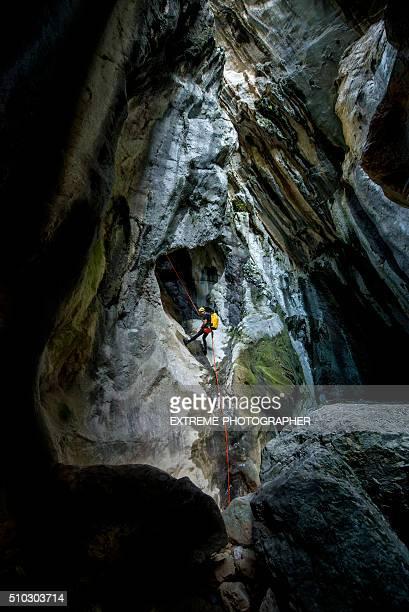 Rappeling den Fels in der Höhle