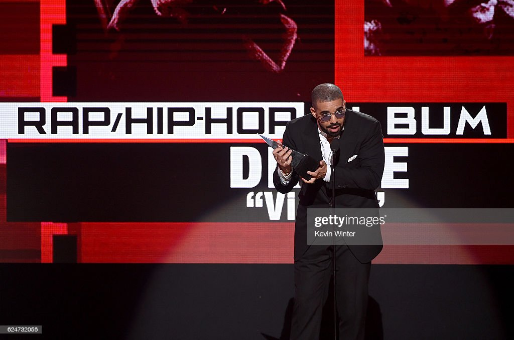rapper-drake-accepts-favorite-raphiphop-album-for-views-onstage-the-picture-id624732056