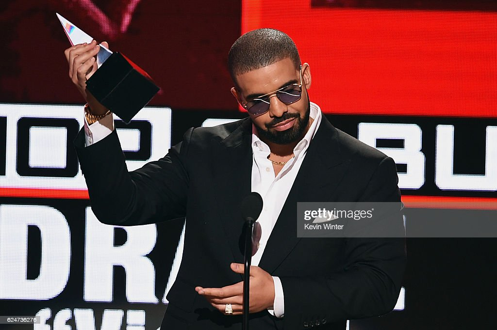 rapper-drake-accepts-favorite-raphiphop-album-for-views-onstage-the-picture-id624736276