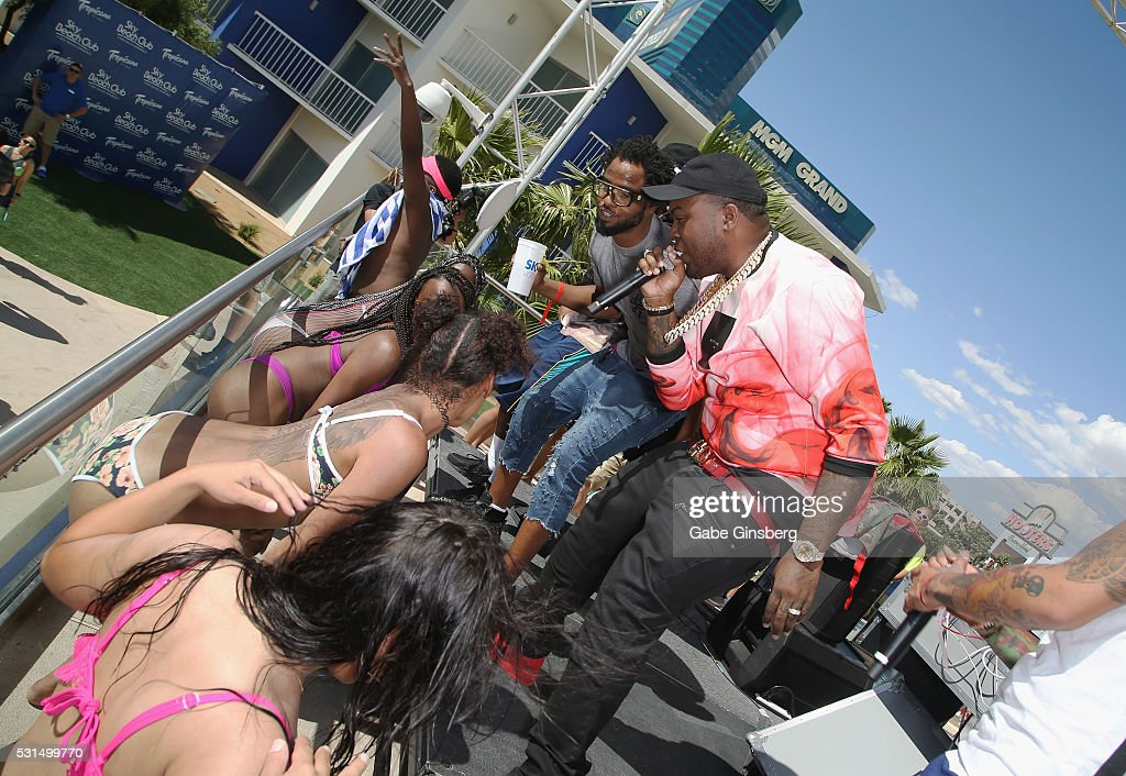 Sean kingston hosts pool party at sky beach club at the for Pool show las vegas 2016