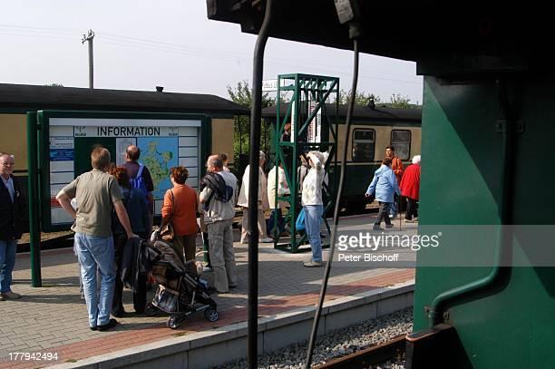 Rasender Roland und wartende Touristen Bahnhof Putbus Insel Rügen MecklenburgVorpommern Deutschland Europa Ostseeinsel Eisenbahn Bahn Zug Reise