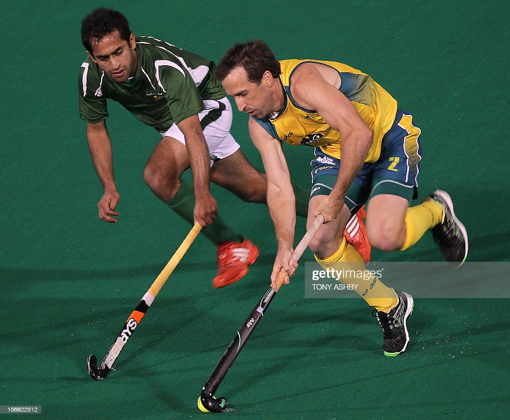Rashid Mehmood of Pakistan (L) chases Liam De Young (R) of Australia during their men's match at the International Super Series hockey tournament in Perth on November 22, 2012. AFP PHOTO/TONY ASHBY -- IMAGE STRICTLY FOR EDITORIAL USE - STRICTLY NO COMMERCIAL USE