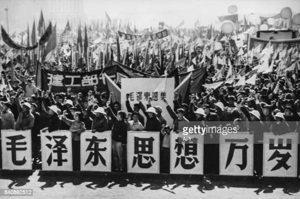 Rassemblement pour célébrer la Révolution culturelle avec le message 'Longue vie au président Mao' le 13 septembre 1966 à Pékin Chine