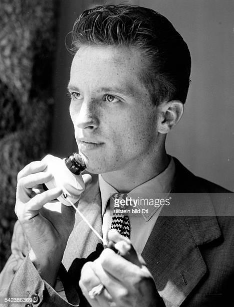 Rasur mit elektrischem Rasierapparat 1956