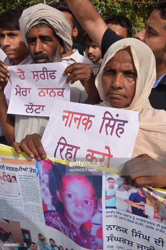 Rattan Singh (L) and his wife Pyari (R), parents of Nanak Singh who they say strayed into Pakistani territory in 1984 at aged seven, demanded his release from a Pakistani jail, in Amritsar on May 28, 2016. Nanak Singh's parents say their son has spent his childhood and youth in different jails of Pakistan due to a mistaken identity issue. / AFP / NARINDER