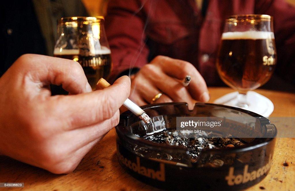 rauchen in der gaststätte, zigaretten und bier am kneipentisch, Esstisch ideennn