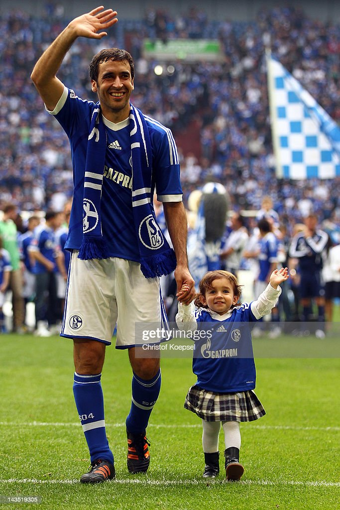 Raul Gonzalez of Schalke and his daughter Maria Gonzalez says farewell to the fans after winning 40 the Bundesliga match between FC Schalke 04 and...