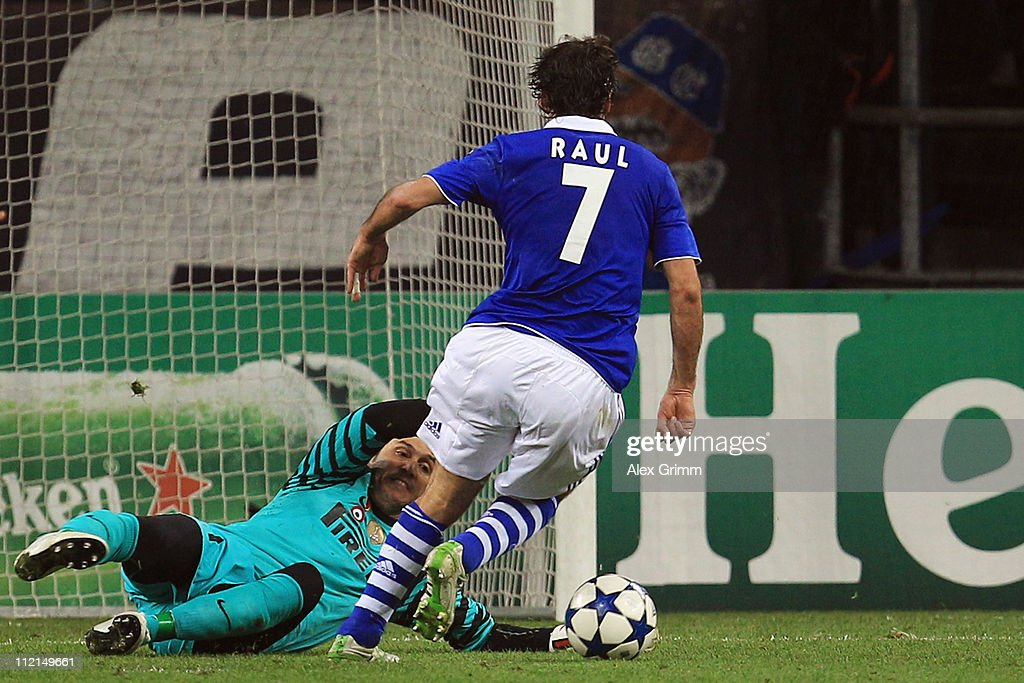 Raul Gonzalez of Schalke eludes goalkeeper Julio Cesar of Inter before he scores his team's first goal during the UEFA Champions League Quarter Final...