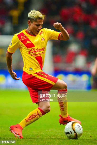 Raul Ruidiaz controls the ball of Morelia during the quarter finals first leg match between Toluca and Morelia as part of the Torneo Apertura 2017...