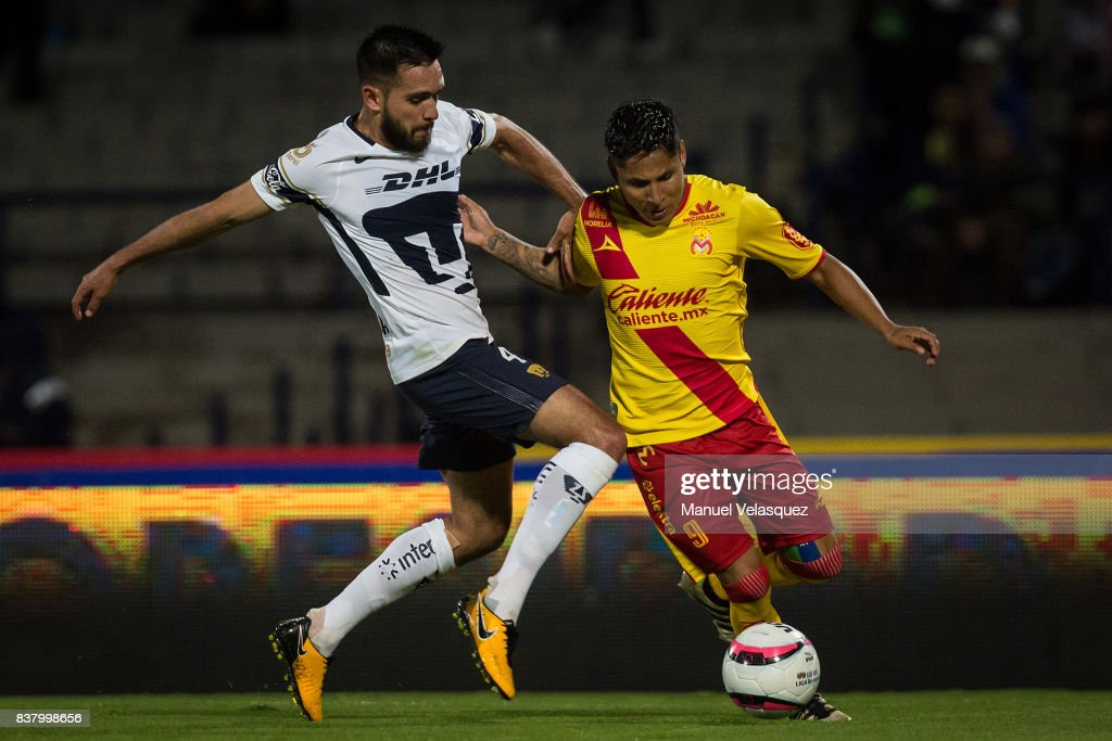 Raul Ruidiaz (R) of Morelia struggles for the ball with Luis Quintana (L) of Pumas during the 6th round match between Pumas UNAM and Morelia as part of the Torneo Apertura 2017 Liga MX at Olimpico Universitario Stadium on August 22, 2017 in Mexico City, Mexico.