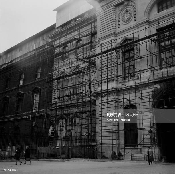 Ravalement d'une des façades du musée du Louvre donnant sur la rue de Rivoli à Paris France le 21 novembre 1964