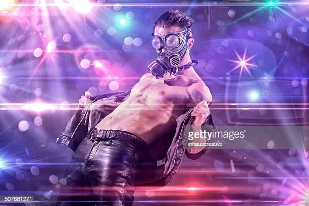 Raver disfruta del espectáculo de luces en un club rave