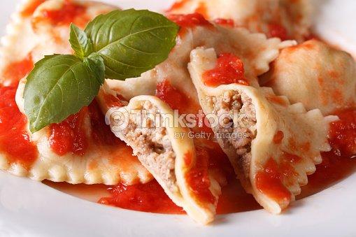 Relleno con ravioles de carne de res en salsa de tomate horizontal foto de stock thinkstock - Salsa para relleno de carne ...