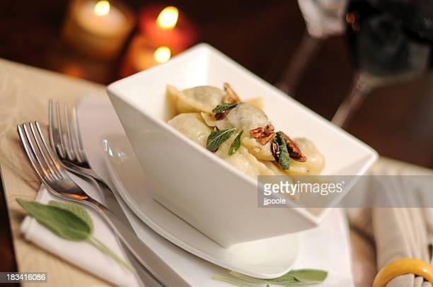 Ravioli com manteiga Salva-Molho e torrado Nozes pecan