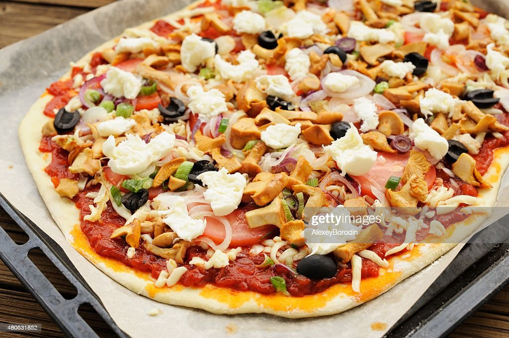 Raw al funghi pizza mit Pfifferlingen und Oliven : Stock-Foto