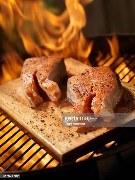 Raw steak de saumon sur planche de cèdre un barbecue